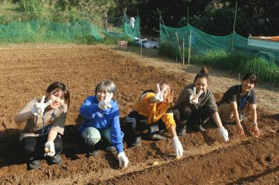 students planting potatoes.jpg
